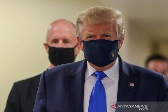 Trump pertama kalinya gunakan masker saat kunjungi faskes militer