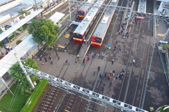 Antrean lancar, 109.804 penumpang padati KRL Senin pagi ini