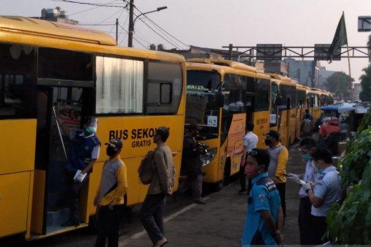 Bus bantuan efektif urai padatnya penumpang KRL Stasiun Bogor hari ini