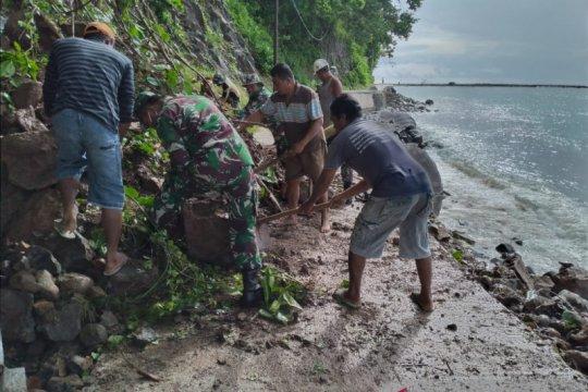 TNI-Polri dan warga Marore bersihkan material longsor di jalan