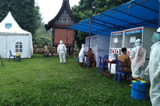 Ratusan guru di Payakumbuh ikuti tes usap massal