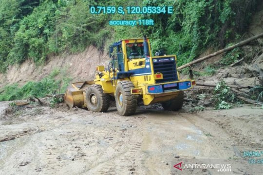 Jalur Taweli-Toboali Sulteng putus tertimbun longsor