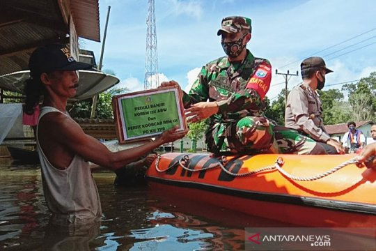 Korem 121/Abw dan Persit beri bantuan korban banjir di Jelai Hulu