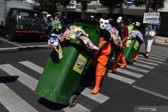Aksi kampanye anti plastik sekali pakai