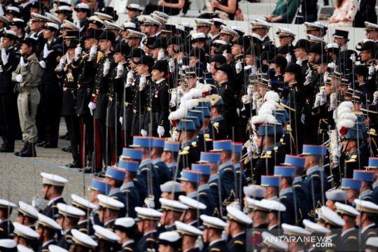 Menteri Prancis lupa gunakan masker saat hadiri parade Hari Bastille