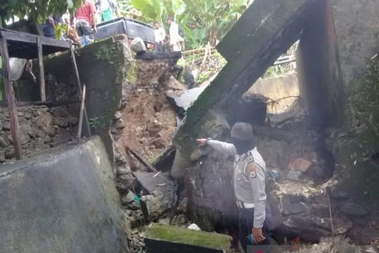 Hujan lebat longsorkan talud penahan jembatan Halong