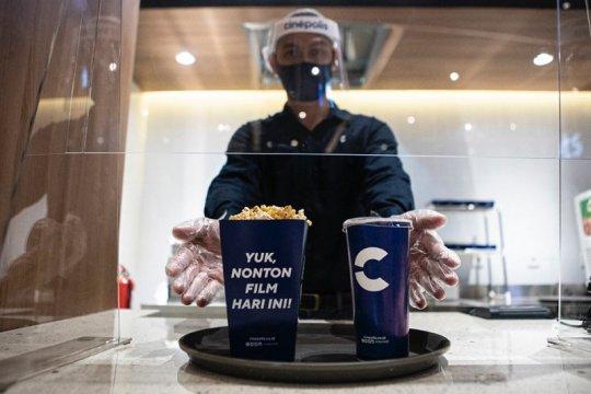 Adaptasi kebiasaan baru di bioskop, popcorn disajikan dengan nampan