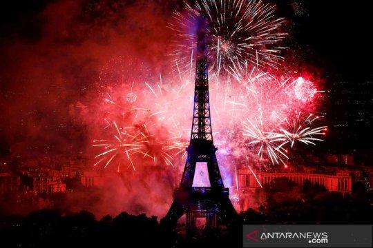 Pesta kembang api perayaan Hari Nasional Prancis