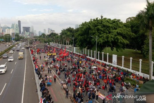 Perwakilan massa yang menolak RUU Cipta Kerja masuk Gedung DPR