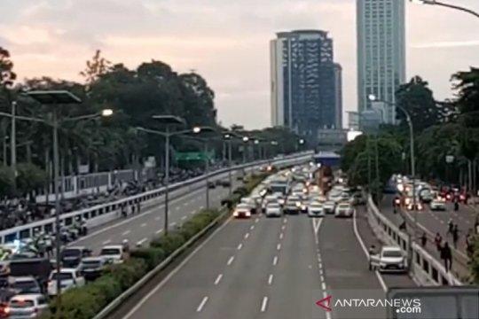 Arus lalu lintas di Tol Cawang-Grogol sempat dihentikan