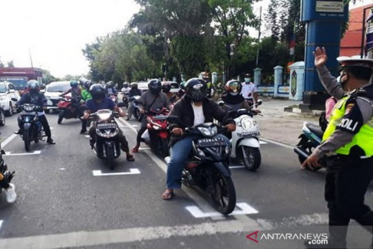 Polres Palangka Raya terapkan jarak sosial di jalan raya