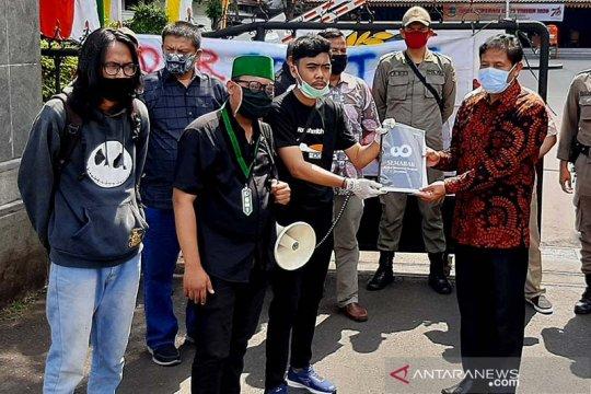 Mahasiswa dan warga Purwokerto berunjuk rasa menolak Omnibus Law