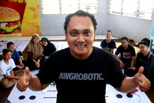 Hendro Yulius mendorong generasi muda maju lewat robotika
