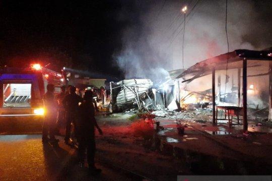 Kebakaran lima unit warung di Natuna, satu orang tewas