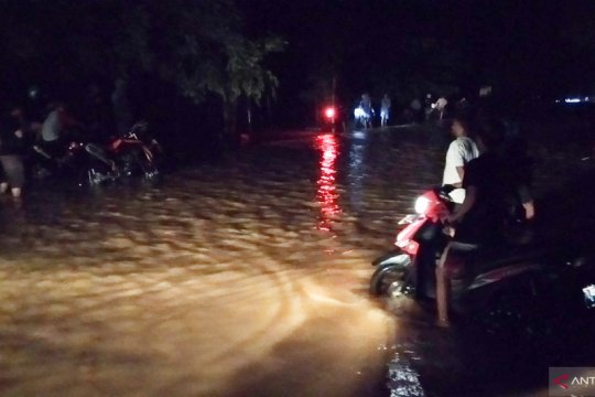 Ratusan kendaraan terjebak banjir di kilometer 9 Kota Sorong