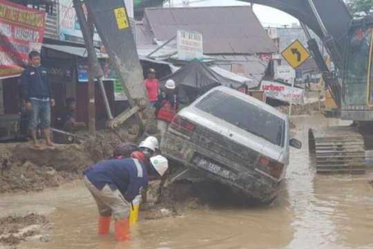 Bantu banjir Masamba, Hutama Karya kirimkan alat berat dan logistik
