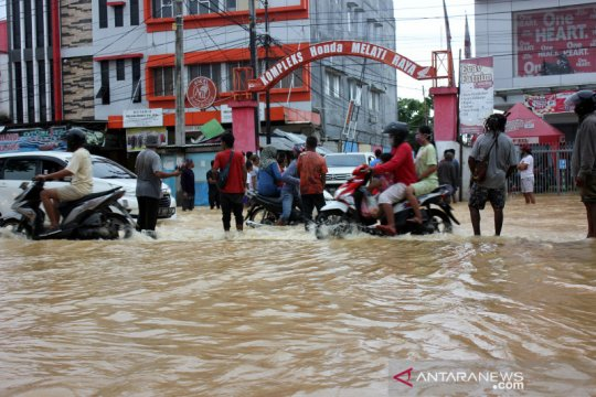 Kemarin banjir melanda Sorong, aturan setoran biaya umrah dipersoalkan