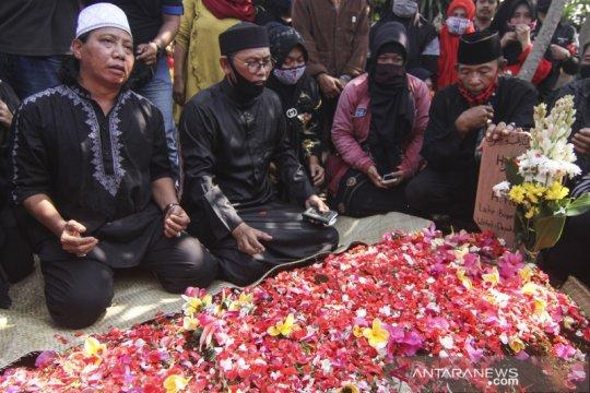 Pemakaman seniman Betawi Omas