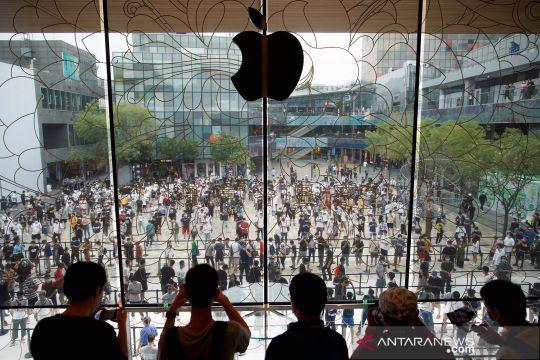 Warga Beijing antre saat pembukaan toko baru Apple