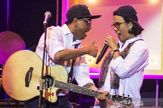 Nyanyi sambil main gitar, salah satu kiat Sri Mulyani rileks dan bugar