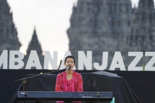 Frau bikin adem senja di Prambanan Jazz