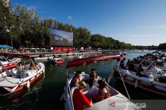 """""""Floating cinema"""", cara unik menonton film di tengah pandemi"""