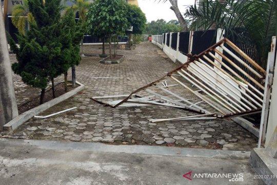 Sekelompok pemuda serang kantor PWI Riau, lukai sekuriti