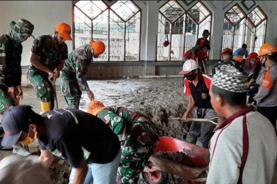 Satgas Paskhas TNI AU bersihkan Masjid Agung Masamba