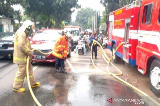 Pengendara motor tergelincir akibat tumpahan oli di Jaktim