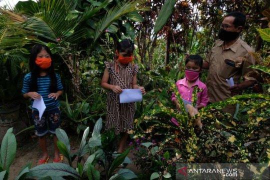 Guru di Borobudur rela datangi siswa terkendala pembelajaran daring