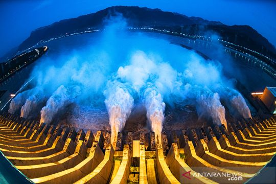 Luapan air dari Bendungan Tiga Ngarai Hubei