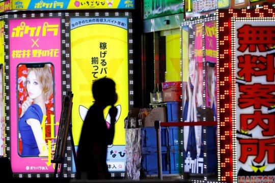 Adaptasi kebiasaan baru, di Jepang tak boleh ciuman di bar