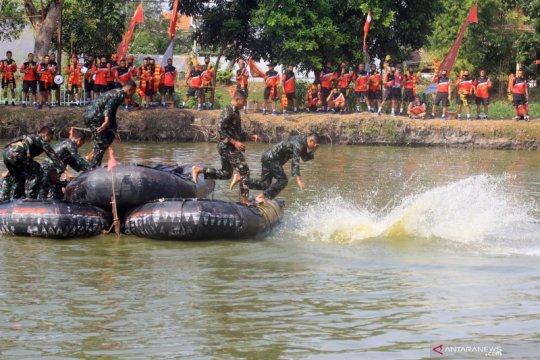 Lomba renang rintangan Marinir