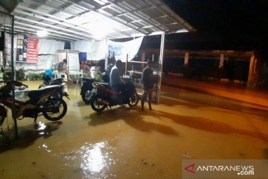 Hujan lebat akibatkan longsor dan banjir di Padang