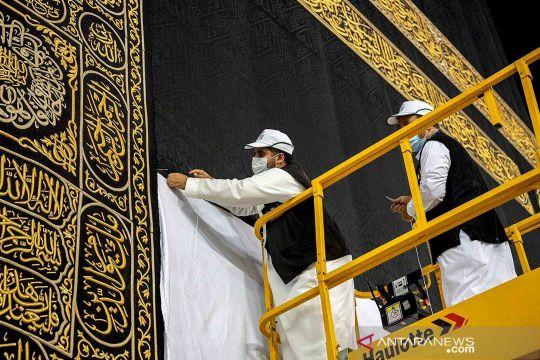Proses menaikkan Kiswah Ka'bah menjelang pelaksanaan ibadah haji