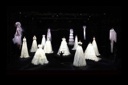Interpretasi mimpi Valentino melalui pertunjukan busana serupa sirkus