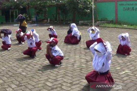 PMI Kota Sukabumi gelar simulasi penanggulangan gempa untuk pelajar SD