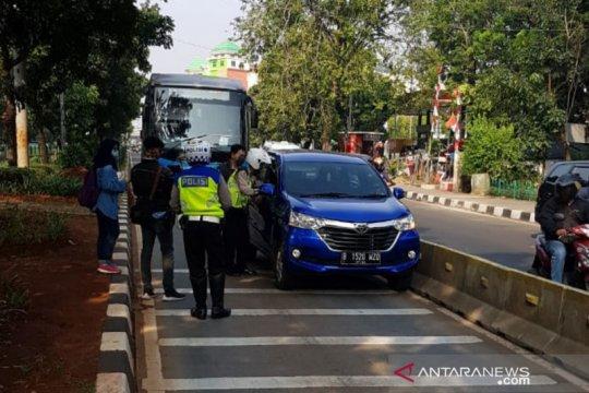 Lewat jalur busway, seorang oknum ASN melawan polisi saat ditilang