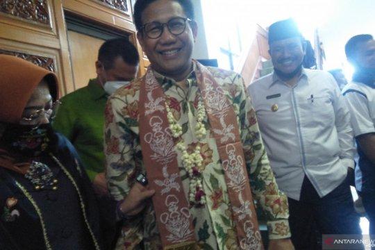 Mendes PDTT dapat syal batik etnik produksi IKM saat tiba di Pariaman