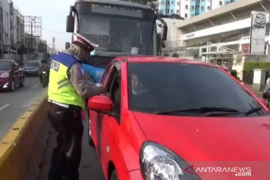 Pengendara lawan arah hindari sterilisasi jalur bus Jatinegara