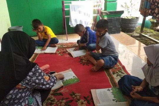 Siswa SD di Lebak belajar di rumah guru