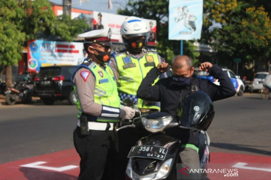 Operasi Patuh Lodaya Polres Subang diwarnai aksi bagi-bagi masker