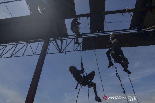 Latihan penyelamatan di ketinggian