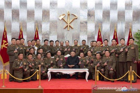 Kim Jong Un anugerahkan pistol pada peringatan Paektusan