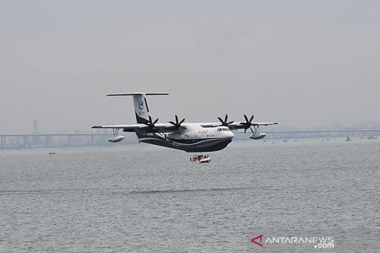 Pesawat amfibi China mengudara dari lepas pantai, misi atasi karhutla