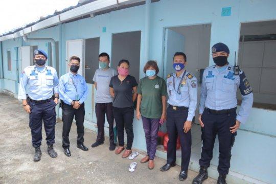 Tiga WNA China dijemput petugas Imigrasi menunggu deportasi