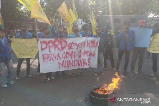 Diwarnai bakar ban, mahasiswa desak DPRD Bogor bentuk pansus COVID-19