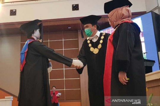Tiga robot mewakili lulusan Undip dalam acara wisuda