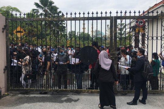 Ratusan pendukung Najib Razak datangi pengadilan
