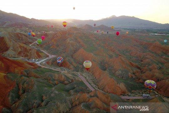 Melihat pemandangan alam di geopark Zhangye